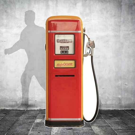 Silhouette pompe à essence vintage en carton pour une ambiance sixties