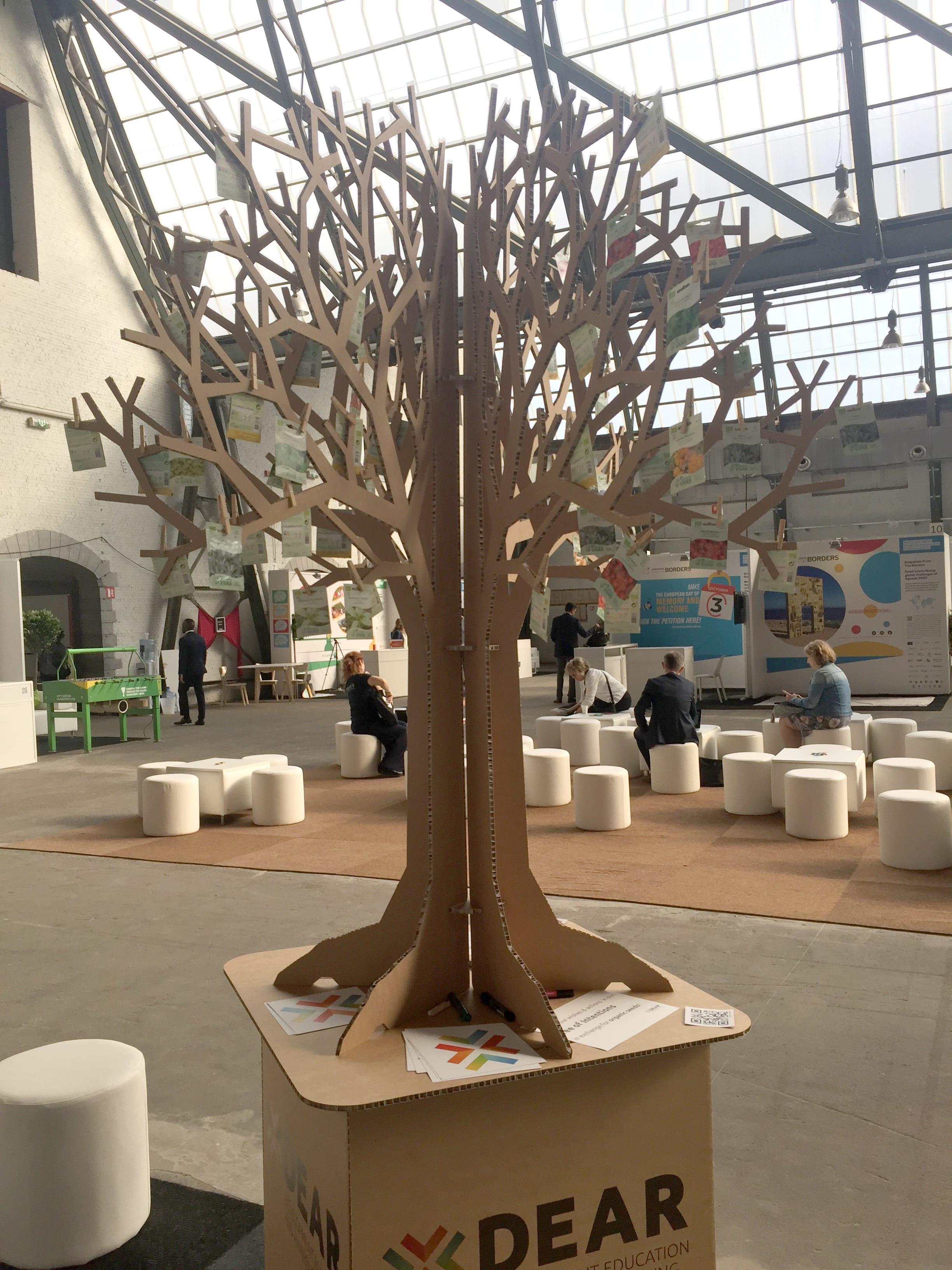 arbre en carton scénographie